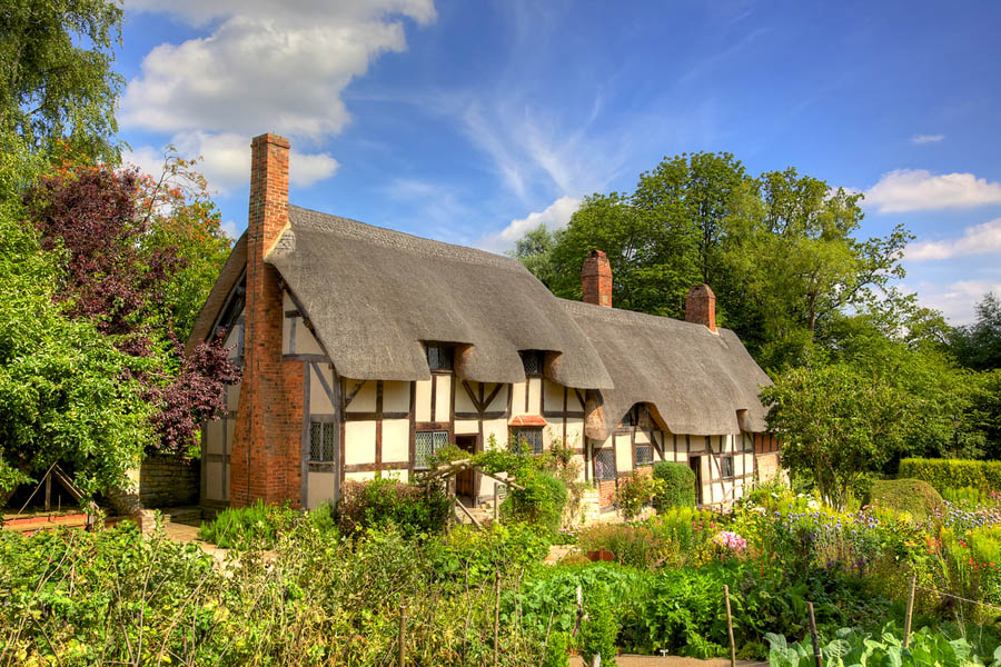 Quo15_HarryPotter_Anne Hathaways thatched cottage and garden Stratford upon Avon England.