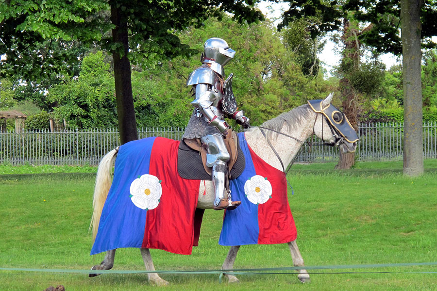 Quo15_HarryPotter_Knight on horseback warwick castle