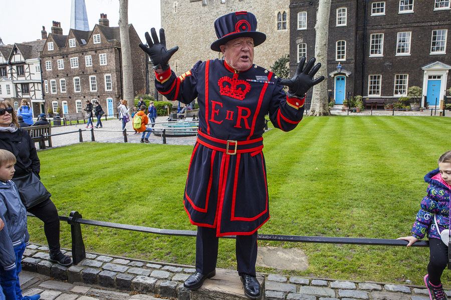 Quo3_HarryPotter_Beefeater Yeoman of the guard Tower of London