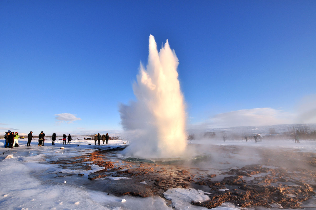 Quo_Iceland_Geyser-Tourists_Web